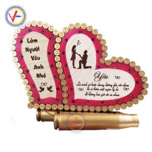 Trái tim bằng vỏ đạn nền gỗ khắc laser mẫu tình yêu