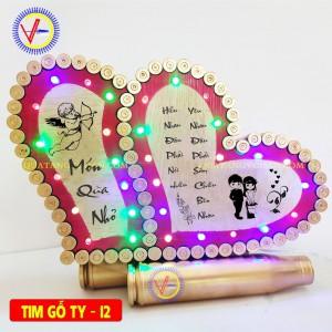 Tim vỏ đạn nền gỗ  tình yêu 12